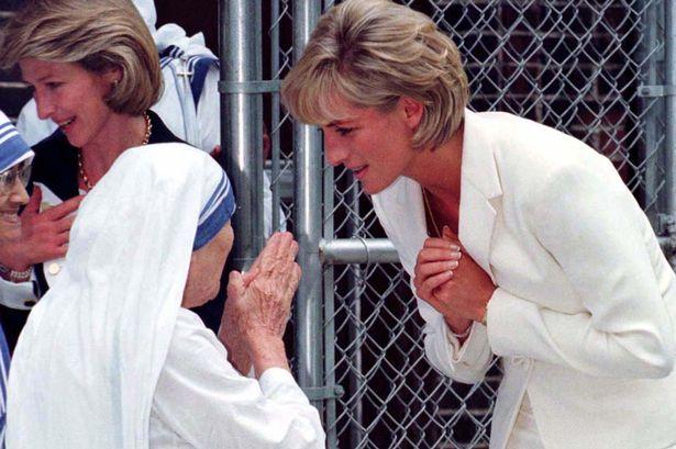Princess-Diana-bows-to-Mother-Teresa